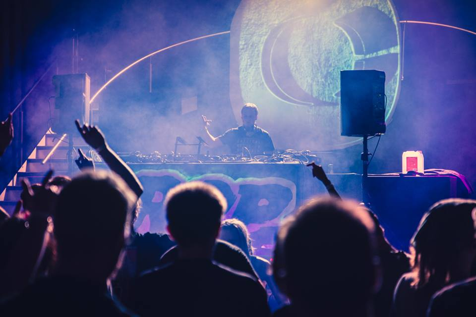 drop zone label night, Critical music, Projisointi